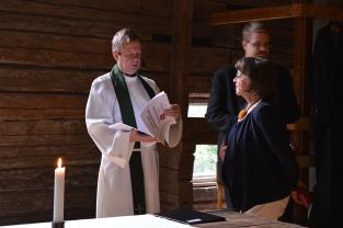 pappi ja kartanon emäntä kirkossa